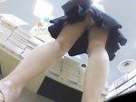 【逆さ撮り盗撮動画】細くキレイな足をしたミニスカギャルが立ち読みに夢中な瞬間を狙って下着を隠し撮りww