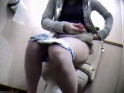 【家庭内盗撮動画】夫を見送ってから自宅トイレで指オナニー始めた嫁を隠しカメラ撮りww