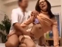 【マッサージ盗撮動画】セックスと無縁そうなメガネの大人しい女性ほどエロ過ぎる性癖があると判明ww