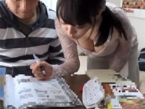 【家庭教師盗撮動画】胸の谷間がえげつないカテキョに誘惑された生徒が自室で筆下ろしする瞬間を隠しカメラ撮りww