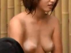 【露天風呂盗撮動画】日焼け跡が生々しい…海帰りの女子大生が友人と全裸で談笑するところを隠し撮りww