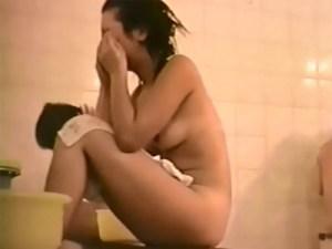 【女湯盗撮動画】10代女子たちが多数入るスーパー銭湯内の洗い場を隠しカメラ撮り…
