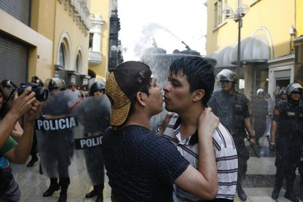 police_attack_LGBT_rights_protesters_in_Peru_insert_3_courtesy_of_-Renzo_Salazar_of_Sin_Etiquetas