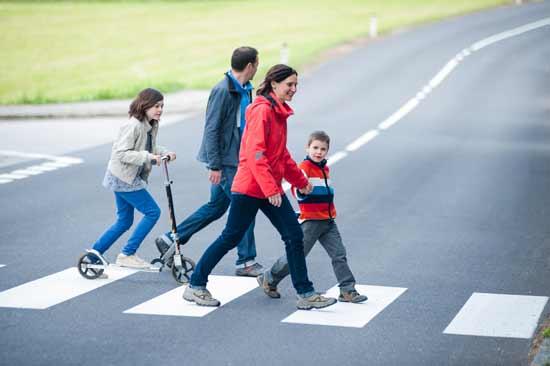 familia cruzando la calle