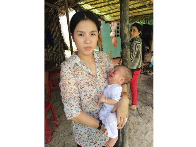 Chị Nguyễn Thị Liên bên đứa con trai tật nguyền