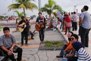Pantai Losari in Makassar fills with music and dancing  every evening