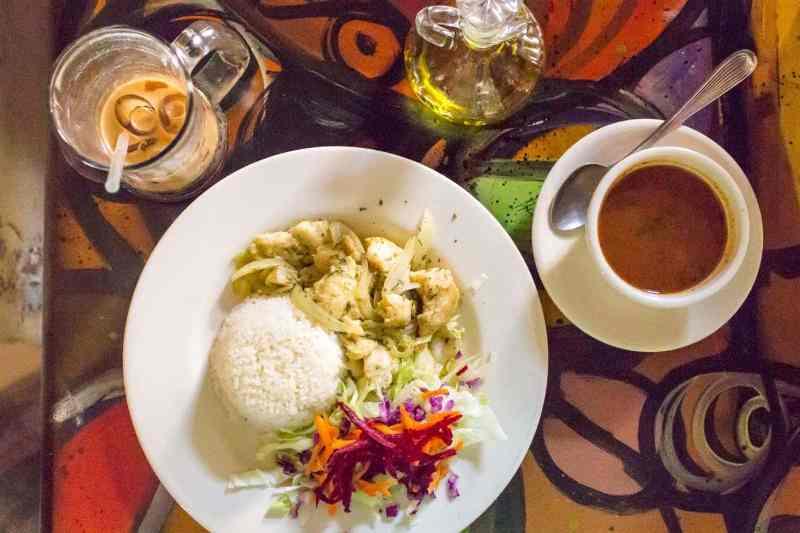 Fresh Mahi Mahi, Arroz con Frijoles y Café Helado