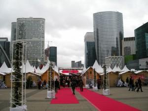 Eingang des Weihnachtsmarktes, im Hintergrund die Hochhäuser von La Defense