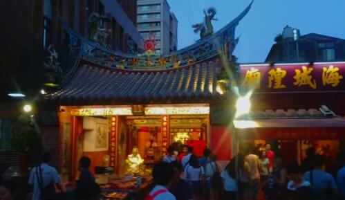Walking to Shilin Night Market