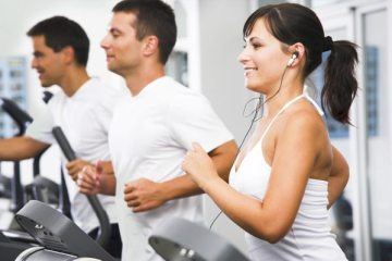 friends-running-in-health-club