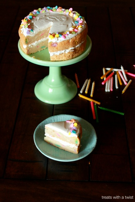 Confetti Cake // treatswithatwist.com