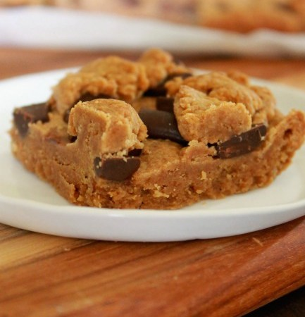 Peanut Butter Chocolate Chunk Cookie Bars // treatswithatwist.com