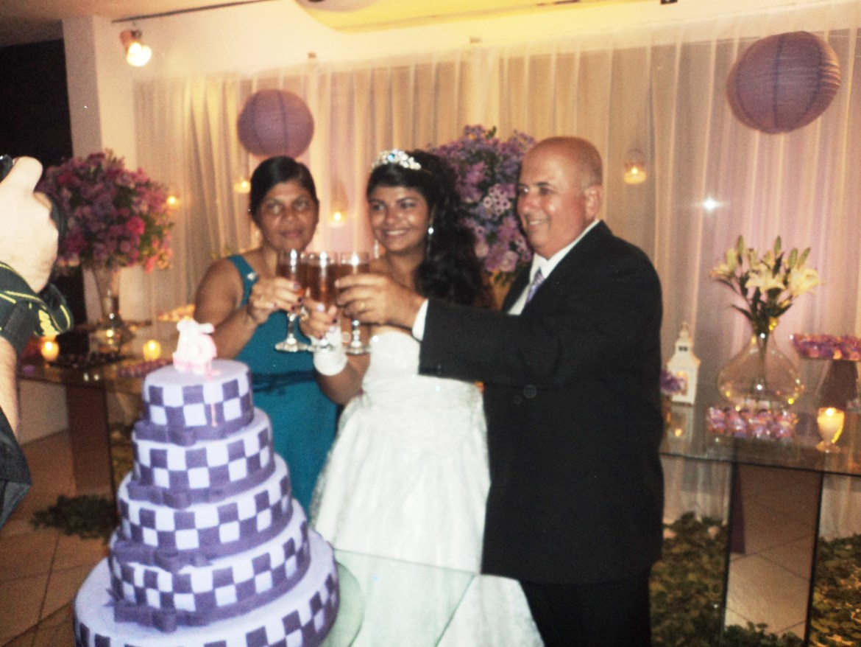 No momento dos parabéns Karen fez um brinde com seus pais na mesa do bolo.