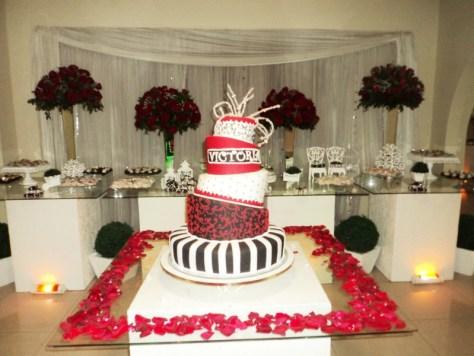 Mesa do bolo da festa da debutante Victória.
