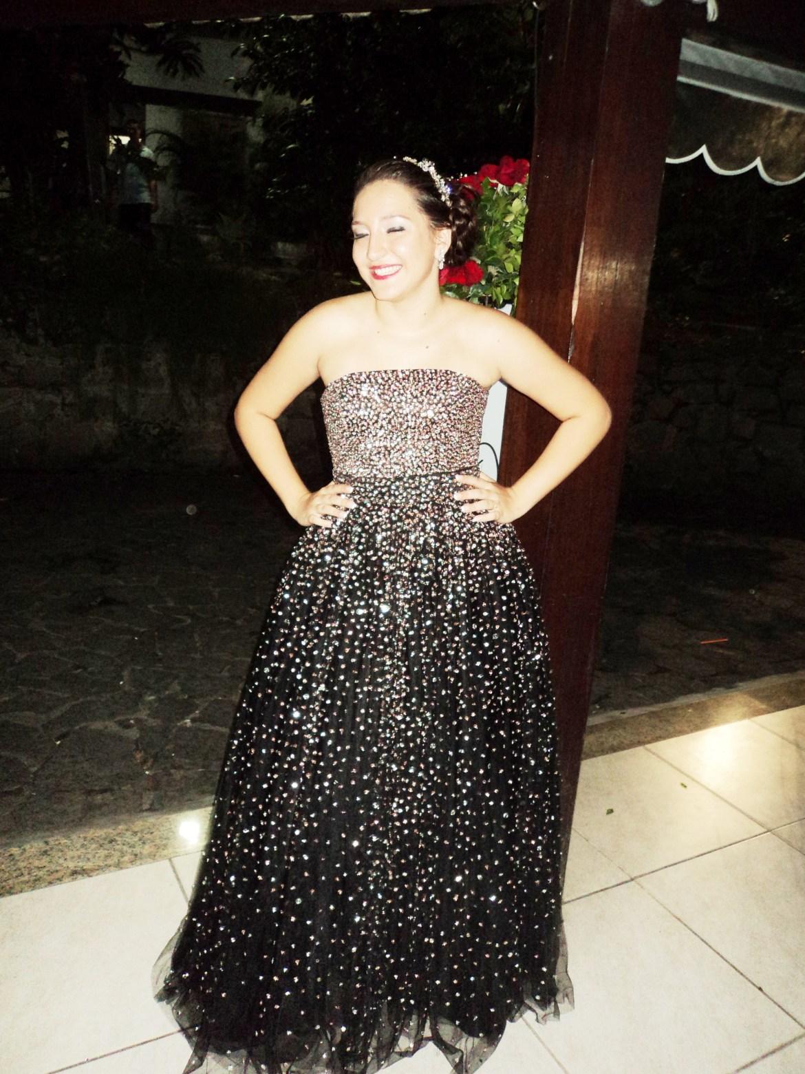 Na foto da cerimonialista Djane Braga, a debutante Victoria em pose especial para o nosso site.