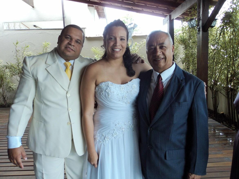 Na foto o Noivo Alan de terno claro, a noiva Carol e Túlio de Pinho.