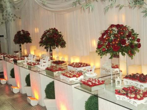 Mesa de doces e bolos do casamento da Sabrina e Deivid, na casa de festas Maison Royale.