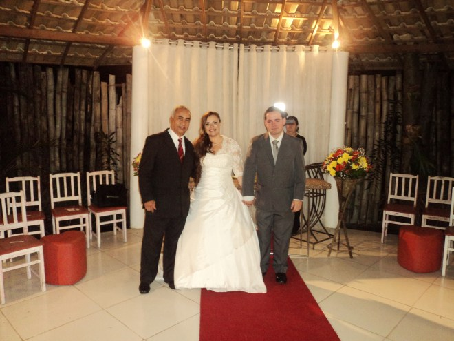 foto Túlio com casal de noivos Monique e Edmilson, 26.7.14, no Espaço Zion