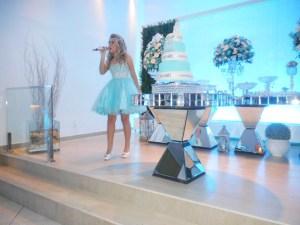 foto de Leticia cantando lindamente na sua festa.
