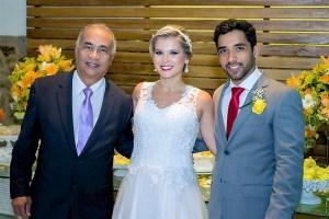 Na foto Túlio com os noivos.