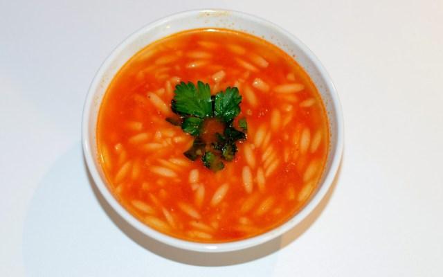 ŞEHRİYELİ DOMATES ÇORBASI, czyli zupa pomidorowa zmakaronem ryżowym