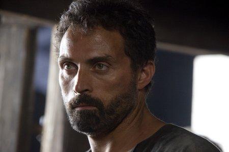 Tom Builder (Rufus Sewell)