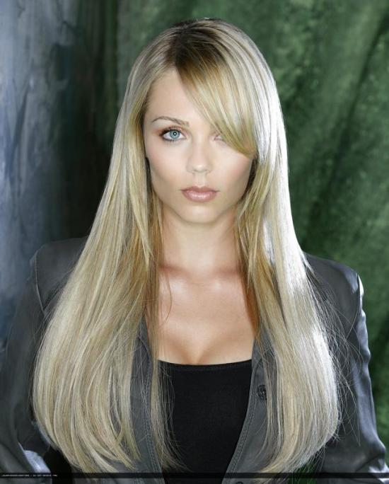 Laura Vandervoort in V (ABC)