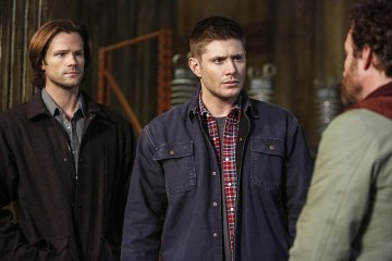 "Supernatural -- ""We Happy Few"" -- SN1122b_0226.jpg -- Pictured (L-R): Jared Padalecki as Sam, Jensen Ackles as Dean and Rob Benedict as Chuck Shurley -- Photo: Bettina Strauss/The CW -- © 2016 The CW Network, LLC. All Rights Reserved"