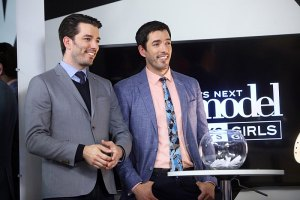 "America's Next Top Model -- ""The Girl Who Walks Away"" -- Image: TM2202_0460 -- Pictured (L-R): Drew and Jonathan Scott of ""The Property Brothers"" -- Photo: Patrick Wymore/The CW --  © 2015 The CW Network, LLC. All Rights Reserved"