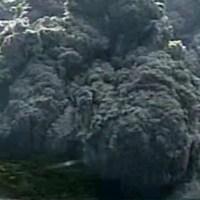 Japon: le mont Shindake entre en éruption (vidéo)