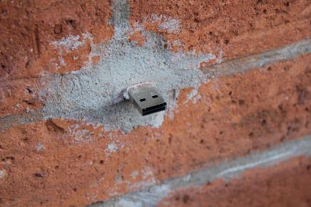 Dead Drops: USB que crecen en las paredes del mundo