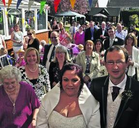<!--:sq-->Kujdestarja shqiptare e bën dasmën në shtëpinë e pleqëve në Angli<!--:-->