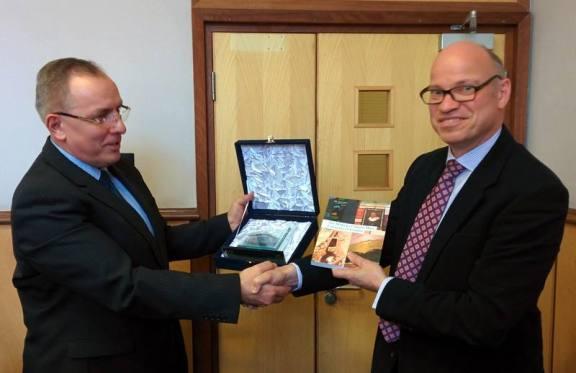 Prof.Dr. Ramë Buja shkëmben dhurata me dekanin ekzekutiv të Shkencave dhe Inxhinierisë të universitetit Queen Mary University të Londrës, Zt Jeremy Kilburn.