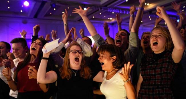 """Taborri i kampanjes """"Jo"""", duke festuar menjehere pas shpalljes se rezultateve ne Glasgow."""