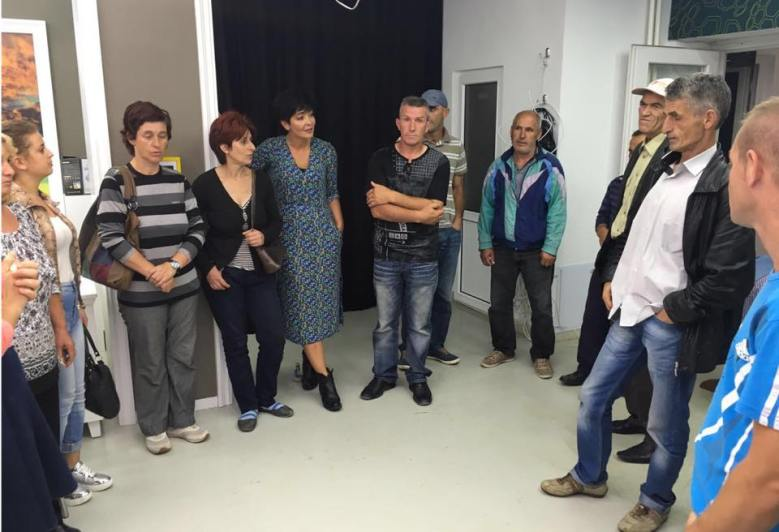 Aktivistja Adelina Toplica Badivuku, dje gjate takimit me familjare ne Kosove, qe moren ndihma te mbledhura nga bashkeatdhetaret tane ne Londer.