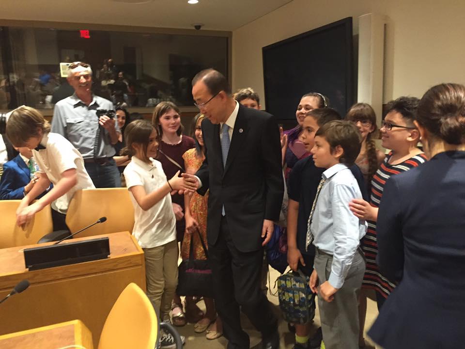 Photo: Ban Ki-moon greets student visitors.