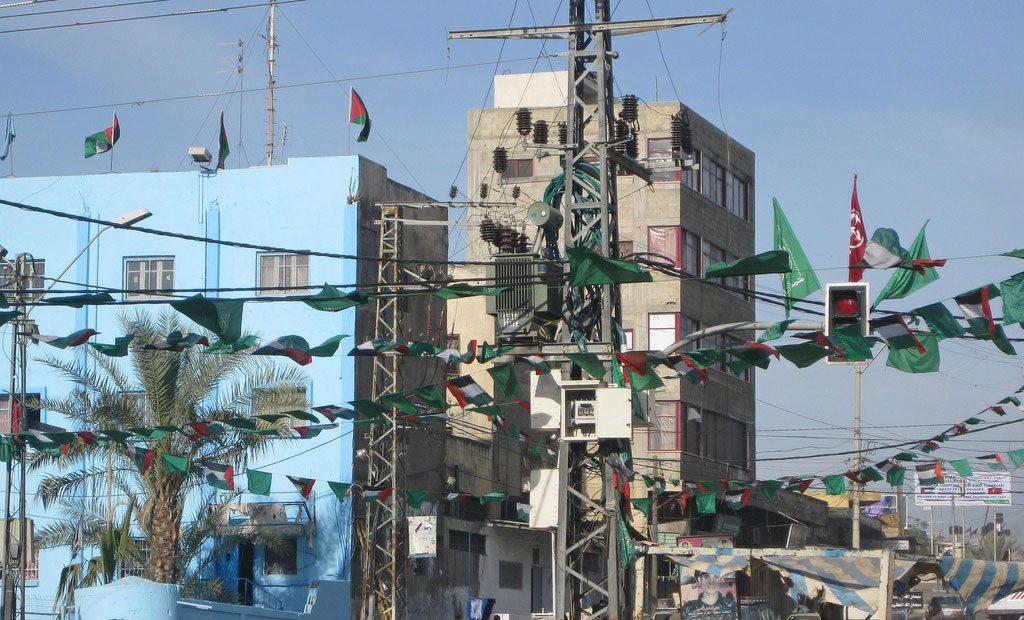 Electrical power transmission lines in Gaza City. Photo: World Bank/Natalia Cieslik (file)