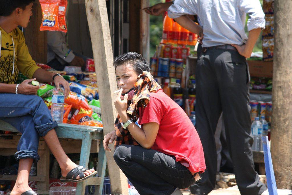 A man smokes a cigarette in rural Nepal. Photo: Aisha Faquir/World Bank