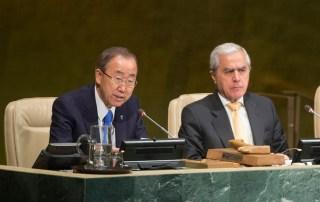 Le Secrétaire général de l'ONU, Ban Ki-Moon (à gauche), et le Vice-Président de l'Assemblée générale, Álvaro José Costa de Mendonça e Moura, lors d'un évènement pour marquer les 20 ans d'application du Programme d'action pour la jeunesse, à l'Assemblée générale. Photo : ONU / Eskinder Debebe
