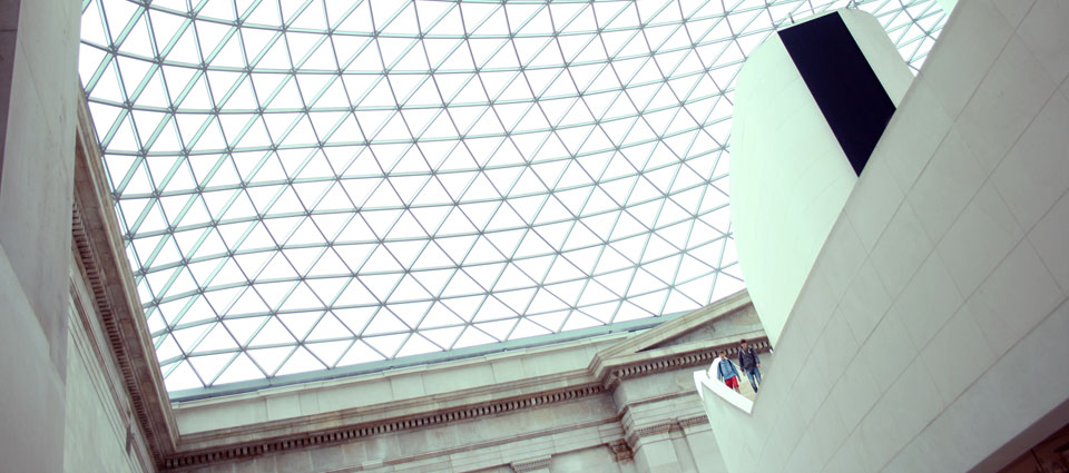 norman foster ha construido Millennium Bridge y Great Court del British Museum londres