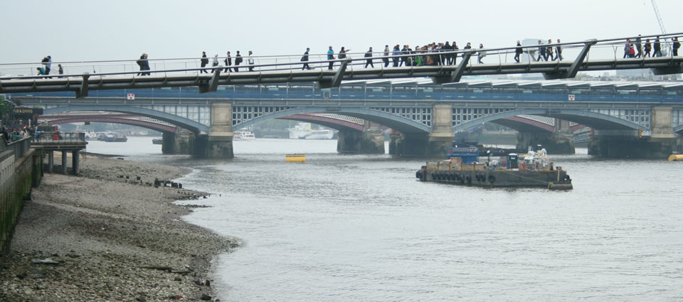 millennium bridge desde la playa londres