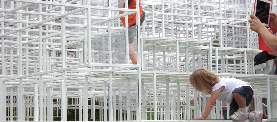 Serpentine Gallery Pavilion Sou Fujimoto niños jugando
