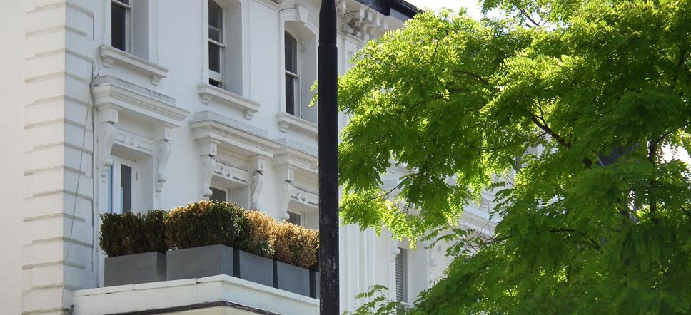 Belsize Park fachada estuco blanco
