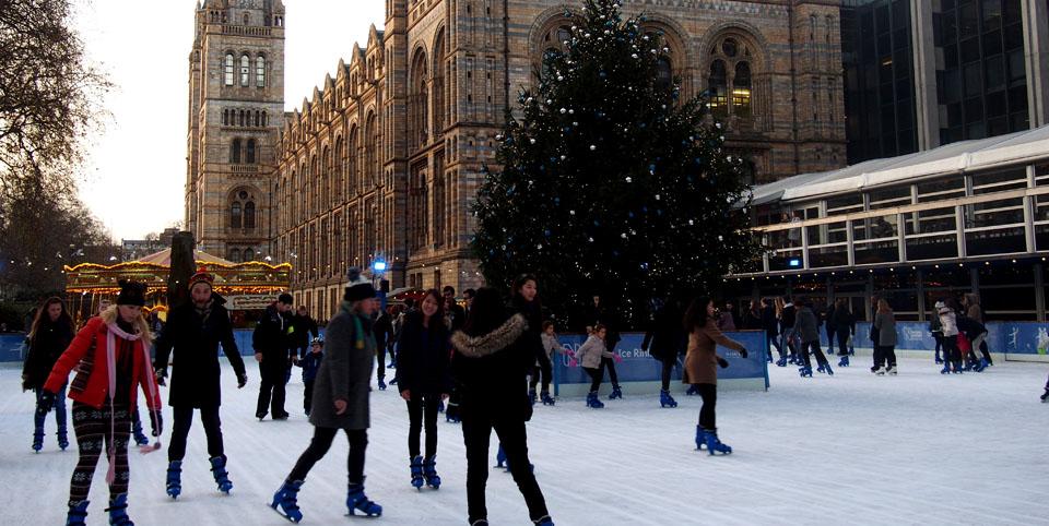 Patinar sobre hielo en Londres en Navidad Natural History Museum pista