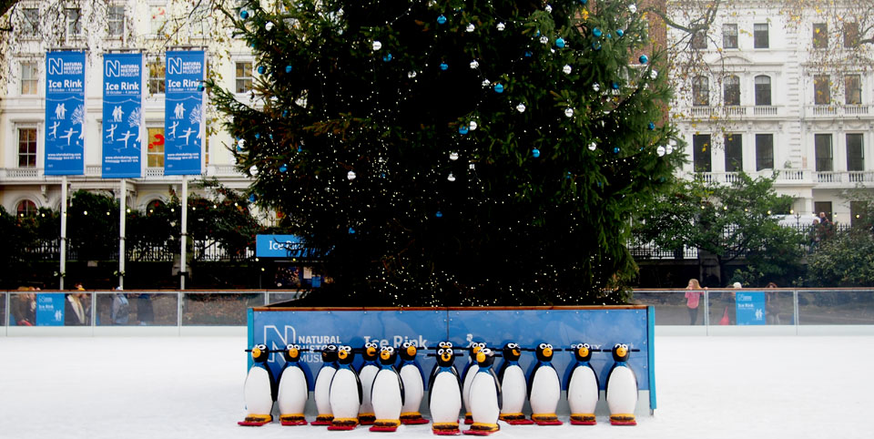 Patinar sobre hielo en Londres en Navidad Natural History Museum