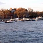 Barcos y casas en Chelsea Embankment.