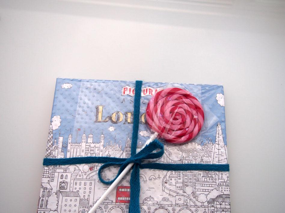Envolver regalos para niños con piruletas