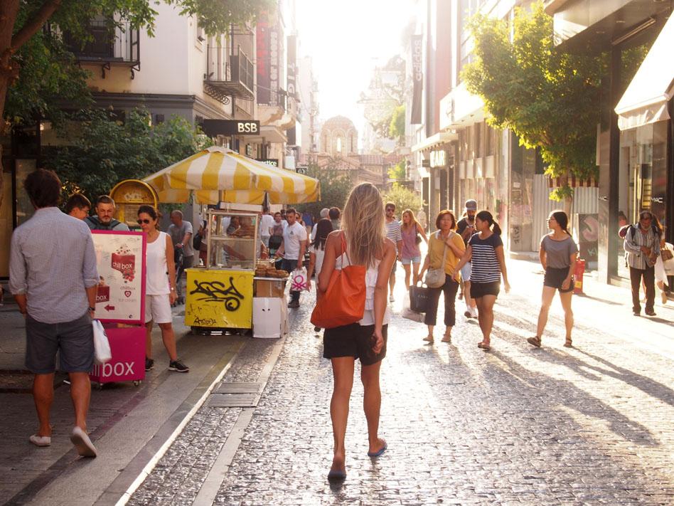 Paseo por el centro de Atenas calle Ermou al fondo iglesia