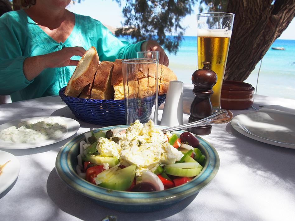 Sifnos en grecia Restaurante-Hrysopigis ensalada