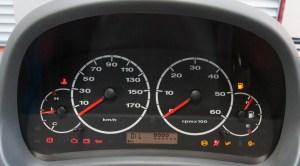 Kontrollleuchten im Auto-Cockpit: Warnhinweise ernst nehmen. Foto: Dekra.